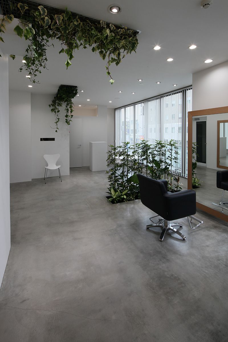 室内に生い茂る植物が非日常とリラクゼーションを感じる美容室
