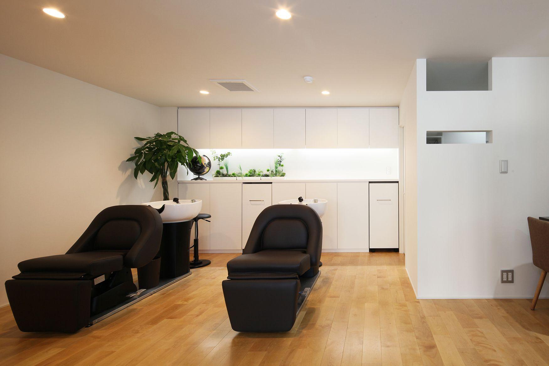古いテナントビルに挿入された白い空間の美容室