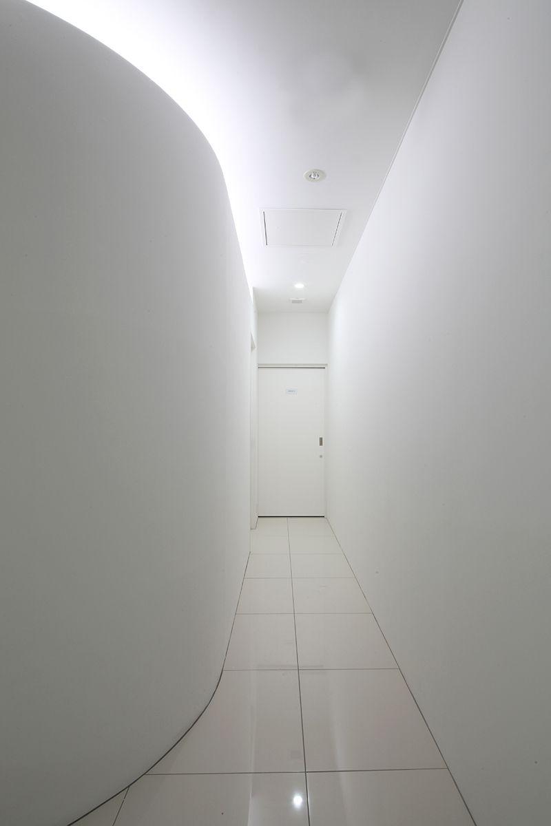 柔らかで落ち着いた白い空間の皮膚科クリニック