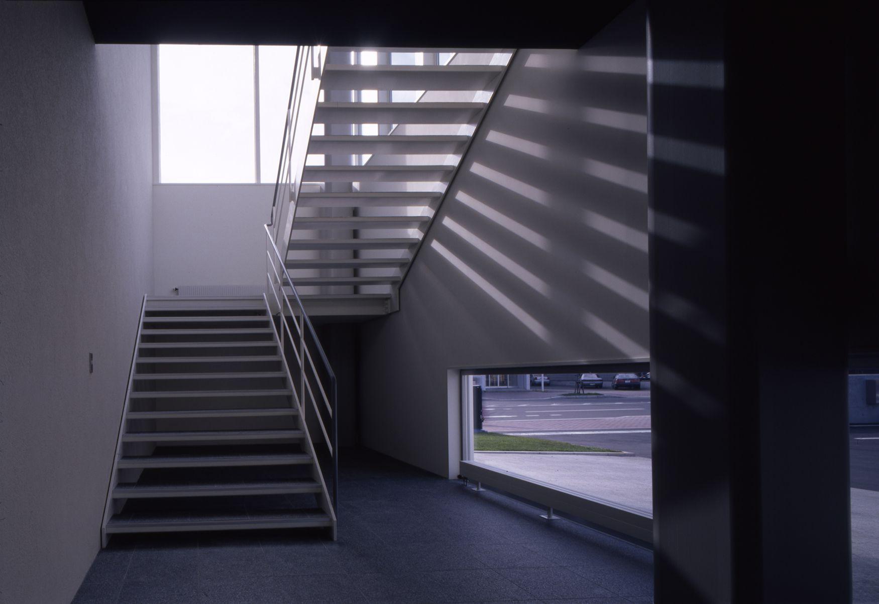倉庫とオフィスのスケールのズレをデザイン